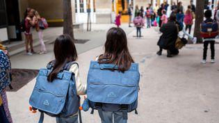 Des enfants se rendent à l'école, le 4 septembre 2017, dans le 10e arrondissement de Paris. (MAXPPP)