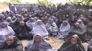Capture d'écran d'une vidéo du groupe islamiste armé Boko Haram, publiée le 12 mai 2014, montrant les lycéennes enlevées le 14 avril à Chibok, au Nigeria. ( AFP )