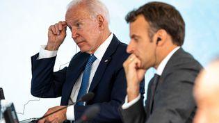 Joe Biden et Emmanuel Macron, le 13 juin 2021 lors d'un sommet du G7 à Carbis Bay (Royaume-Uni). (DOUG MILLS / POOL)