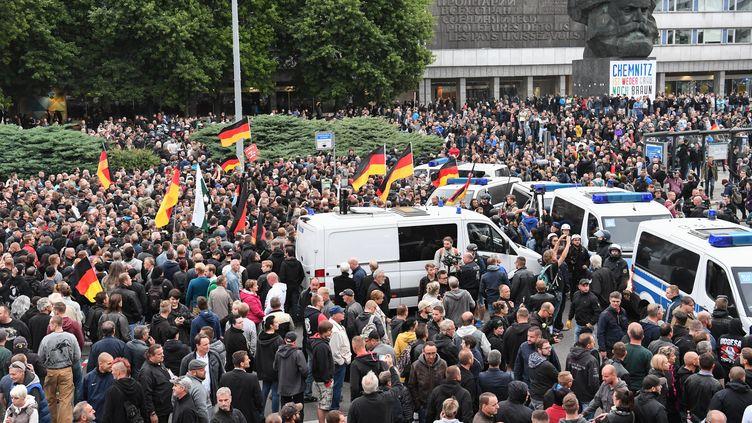 Des manifestants défilent à Chemnitz (Allemagne) pour dénoncer la politique migratoire d'Angela Merkel, le 1er septembre 2018. (RALF HIRSCHBERGER / DPA / AFP)