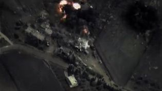 Capture d'écran d'une vidéo diffusée par le ministère russe de la Défense, le 30 septembre 2015, montrant des frappes de l'aviation russe en Syrie. (MINISTERE RUSSE DE LA DEFENSE / AFP)