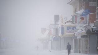 Un homme marche dans les rues d'Atlantic City (New Jersey, Etats-Unis), pendant la tempête de neige Grayson, le 4 janvier 2018. (MARK MAKELA / GETTY IMAGES NORTH AMERICA / AFP)