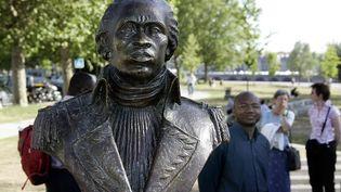 Buste de Toussaint Louverture (20 mai 1743 - 7 avril 1803) qui combattit l'esclavage à Saint Domingue, installé sur la rive droite, dans leparc des Berges, à Bordeaux. (PATRICK BERNARD / AFP)