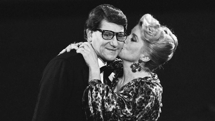 Catherine Deneuve embrasse Yves Saint Laurent durant la cérémonie des Oscars à Paris en 1985  (Michel Lipchitz/AP/SIPA)