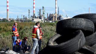 Des militants CGT bloquent l'accès à la raffinerie de Fos-sur-Mer (Bouches-du-Rhône), le 23 mai 2016. (BORIS HORVAT / AFP)