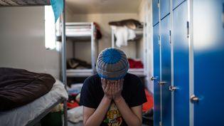 """Un mineur afghan dans un container de l'ex-""""jungle"""" de Calais, en février 2016 (LAURENCE GEAI / SIPA)"""