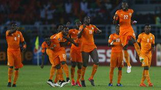 Les joueurs de la Côte d'Ivoire fêtent leur victoire en Coupe d'Afrique des nations, le 8 février 2015, à Bata (Guinée équatoriale). (AMR DALSH / REUTERS)