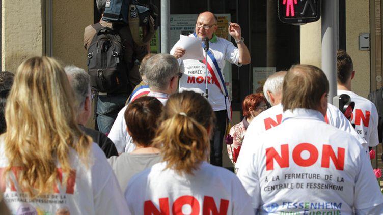 (Le maire de Fessenheim au cours d'une manifestation contre la fermeture de la centrale nucléaire © MAXPPP)
