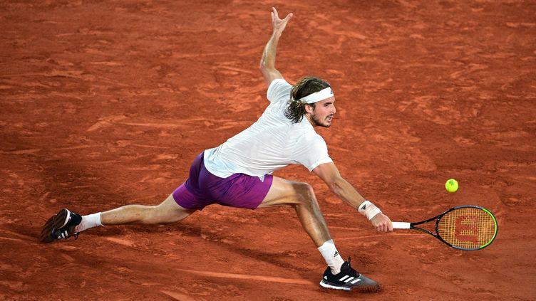 Stefanos Tsitsipas lors de son quart de finale à Roland-Garros, le 8 juin 2021. (MARTIN BUREAU / AFP)