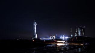 Le vaisseau spatialde SpaceX Starship SN11 éclairé par des projecteurs tard le28 mars 2021 au complexe South Texas de SpaceX à Boca Chica, au Texas (Etats-Unis). (REGINALD MATHALONE / NURPHOTO / VIA AFP)