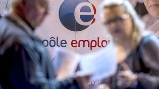 Une personne discute avec un conseiller de Pôle Emploi à Gravelines, dans le nord de la France, lors d'un forum sur l'emploi, le 30 mars 2016. (PHILIPPE HUGUEN / AFP)
