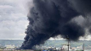 Une épaisse fumée noire s'échappe du site Lubrizol de Rouen, durant un important incendie, le 26 septembre 2019. (JEAN-JACQUES GANON / AFP)
