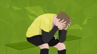 Face à la violence dont ils peuvent être victimes sur les terrains du sport amateur, les arbitres décident parfois d'abandonner le sifflet. (PASCALE BOUDEVILLE / FRANCETV INFO)