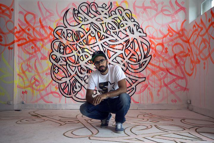 L'artiste franco-tunisien l Seed dans un appartement parisien qu'il a décoré. Photo prise le 9 septembre 2013. (JOEL SAGET / AFP)