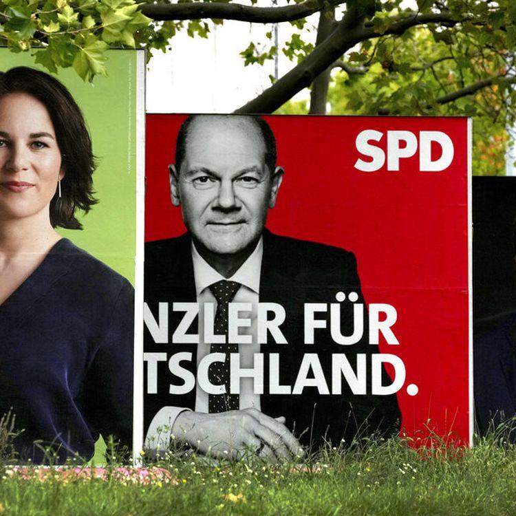 Des affichesen amont des élections fédérales allemandes du 26 septembre, photographiées à Berlin le 16 septembre 2021. (MICHAEL SOHN / AP)