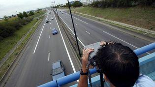 Des contrôles routiers sont effectués pour le retour des vacances, le 27 août 2005 à Lyon. (FRED DUFOUR / AFP)