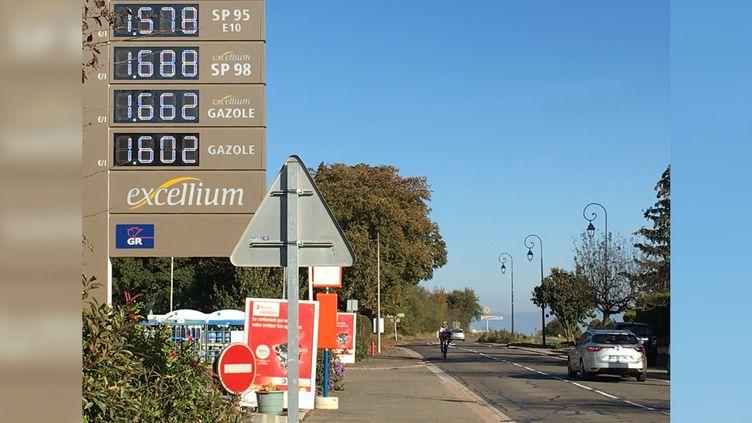 Une station-service en Alsace où le prix du diesel dépasse celui du sans-plomb 95 en octobre 2018. (GREGOIRE LECALOT / RADIO FRANCE)