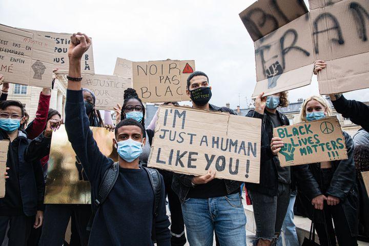 """Parmi les pancartes brandies par des manifestants le 9 juin 2020 à Dijon (Côte-d'Or), réunis en soutien à la famille Traoré, figure une inscription """"Noir, pas black"""". (KONRAD K./SIPA)"""