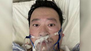 La Chine est toujours empêtrée dans sa lutte contre l'épidémie de coronavirus 2019-nCoV. Le bilan est désormais de plus de 630 morts, et parmi eux, un jeune médecin de 34 ans. C'est lui qui le premier a alerté sur la menace, ce qui lui avait valu d'être arrêté par la police. (FRANCE 2)