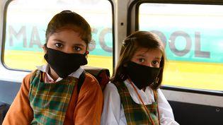 Ecolières en Inde, le 10novembre 2016. Leur école, à New Dehli, vient de réouvrir après trois jours de fermeture dûe à la pollution atmosphérique. (SAJJAD HUSSAIN / AFP)