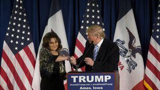 Sarah Palin, ancienne gouverneure de l'Alaska, soutient Donald Trump, candidat aux primaires républicaines, le 19 janvier 2016 dans l'Iowa. (AARON P. BERNSTEIN / GETTY IMAGES NORTH AMERICA / AFP)