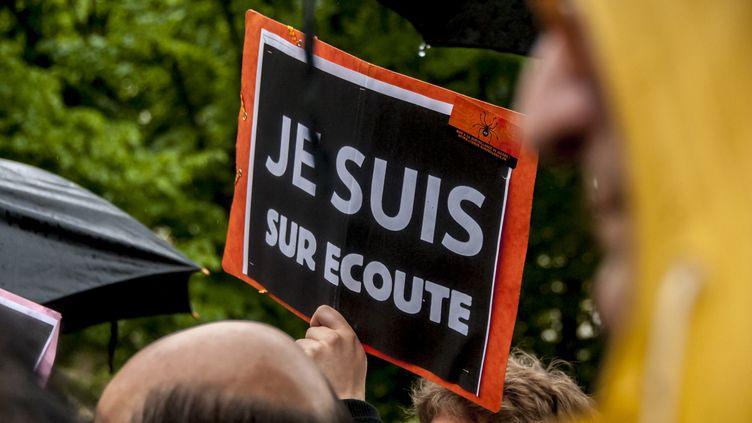 Des manifestants protestent contre la loi sur le renseignement, à Paris, le 4 mai 2015. (YANN KORBI / CITIZENSIDE.COM / AFP)