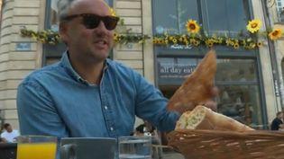 Un homme en terrasse à Bordeaux, le vendredi 7 août 2020. (FRANCE 2)