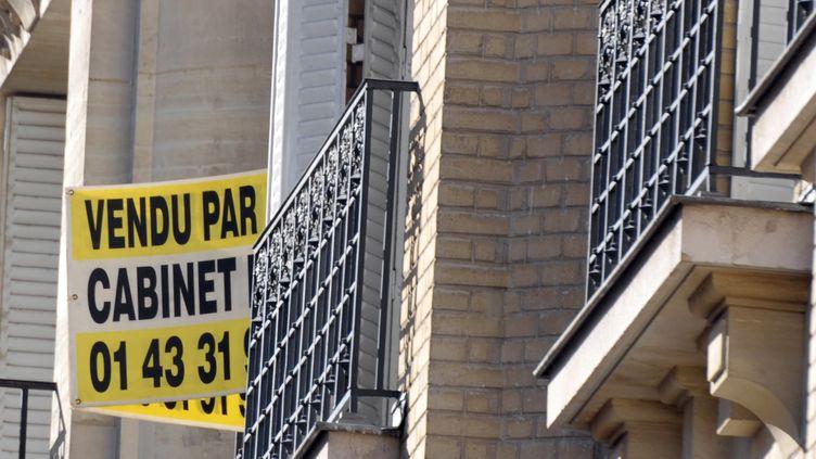 Une pancarte annoncant la vente d'un appartementà Paris le 9 septembre 2010. (ERIC PIERMONT / AFP)