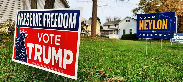 Une pancarte pro-Trump dans un jardin de Waukesha, situé dans le Wisconsin. Le comtéa voté à plus de 60% pour Donald Trump en 2016. (BENJAMIN  ILLY / RADIO FRANCE)