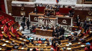 L'opposition quitte l'Hémicycle pendant le discours du Premier ministre Manuel Valls sur le recours à l'article 49.3 concernant le projet de loi Macron, mardi 16 juin 2015. (  MAXPPP)