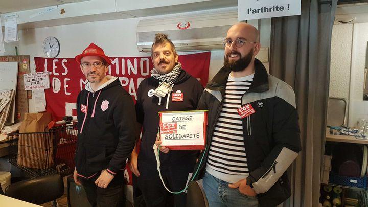 Maxime Durand, conducteur et délégué CGT à la gare Montparnasse (à droite sur la photo) avant la manifestation parisienne du 17 décembre 2019. (FABIEN MAGNENOU / FRANCEINFO)