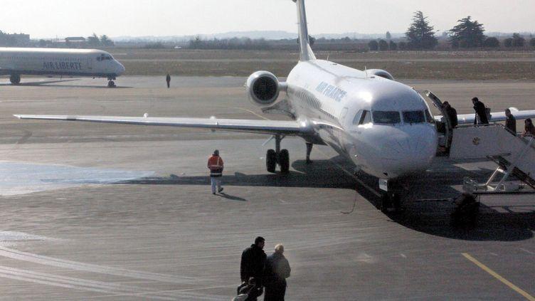 Un avion sur le tarmac de l'aéroport de Perpignan, le 18 février 2003. (photo d'illustration) (RAYMOND ROIG / AFP)