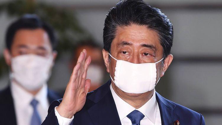 Le Premier ministre japonais, Shinzo Abe, arrive à son bureau, le 6 avril 2020, à Tokyo. (MASAHIRO SUGIMOTO / AP / SIPA)