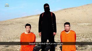 Image diffusée le 20 janvier 2015 par Al-Furqan Media, présentant les deux otages japonais retenus par le groupe Etat islamique. (AL-FURQAN MEDIA / AFP)