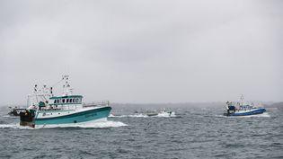 Des bateaux de pêche français rentrent au port après une manifestation dans les eaux de Jersey, le 6 mai 2021. (SAMEER AL-DOUMY / AFP)