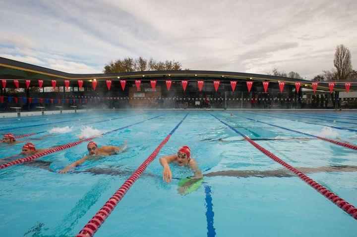 Le nageur français Yannick Agnel (au centre) s'entraîne au club de natation du Mulhouse (Haut-Rhin), un des mieux dotés de France, le 17 novembre 2014. (SEBASTIEN BOZON / AFP)