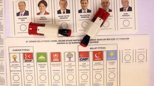 Les bulletins de vote pour les élections législatives et présidentielle en Turquie, à Ankara, le 21 juin 2018. (EVRIM AYDIN / ANADOLU AGENCY)