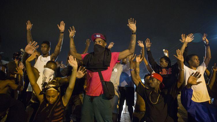 (Des manifestants réclament justice après la mort de Michael Brown, dans la nuit de vendredi à samedi. © REUTERS /Lucas Jackson)