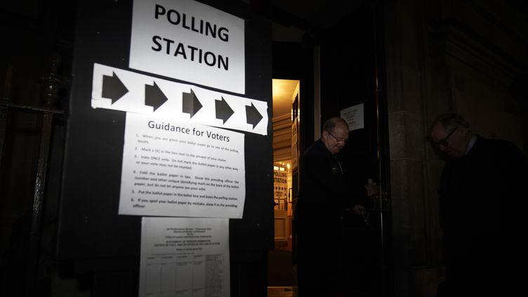 Un bureau de vote à Londres (Grande-Bretagne), le 12 décembre 2019. (CHRISTOPHER FURLONG / GETTY IMAGES EUROPE)