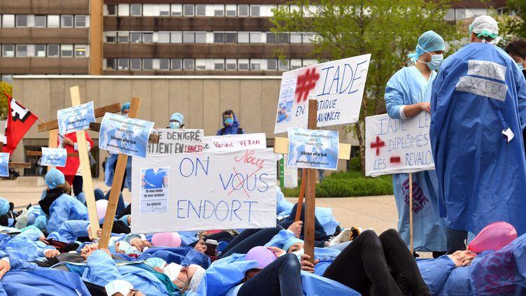 Des infirmiers anesthésistes manifestent devant le CHU de Hautepierre à Strasbourg (Bas-Rhin), le 17 mai 2021. (MAXPPP)