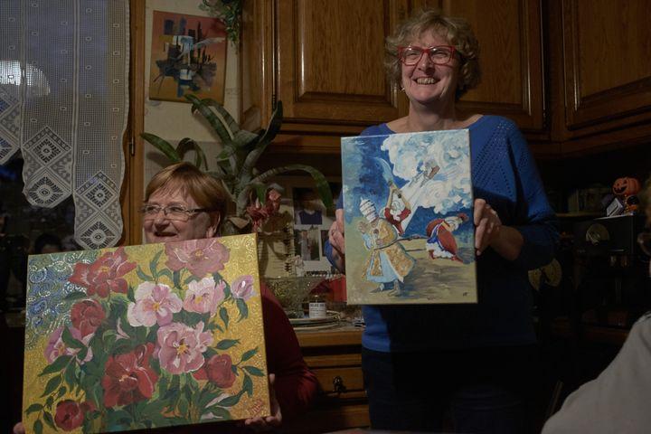 Liliane (à gauche) et Marylène, deux anciennes élèves de Chantal Mazet, présentent leurs créations. (CHARLOTTE CAUSIT / FRANCEINFO)