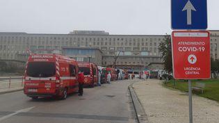 Devant l'hôpital Santa Maria de Lisbonne, le plus important du Portugal, les files d'attente des ambulances s'allongent. (LOUISE BODET / RADIO FRANCE)