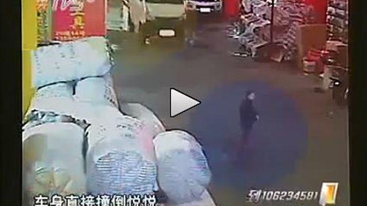 Image extraite de la vidéo montrant une petite fille se faire écraser par une camionnette, sous l'oeil indifférent des passants. (FTVi)
