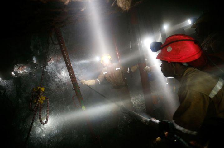 Dans la mine d'or deMasimthembe à Westonaria (sud-ouest de l'Afrique du Sud) le 3 avril 2017 (REUTERS - MIKE HUTCHINGS / X00388)