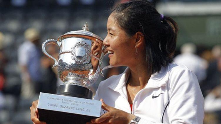 Li Na soulève la coupe Suzanne Lenglen