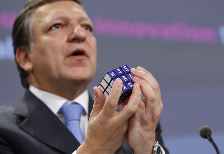 Le président de la Commission européenne, José Manuel Barroso, réalise un Rubik's Cube avec les initiales des pays de l'Union européenne, le 12 novembre 2009. (FRANCOIS LENOIR / REUTERS)