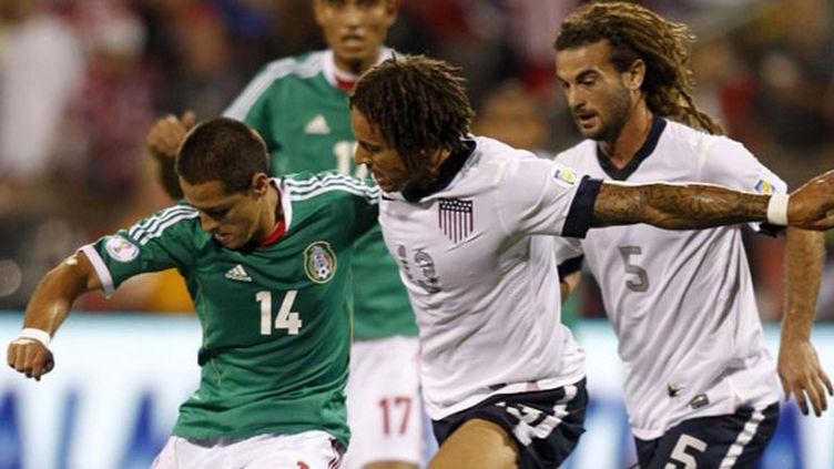 L'Américain Kyle Beckerman fait barrage au joueur mexicain