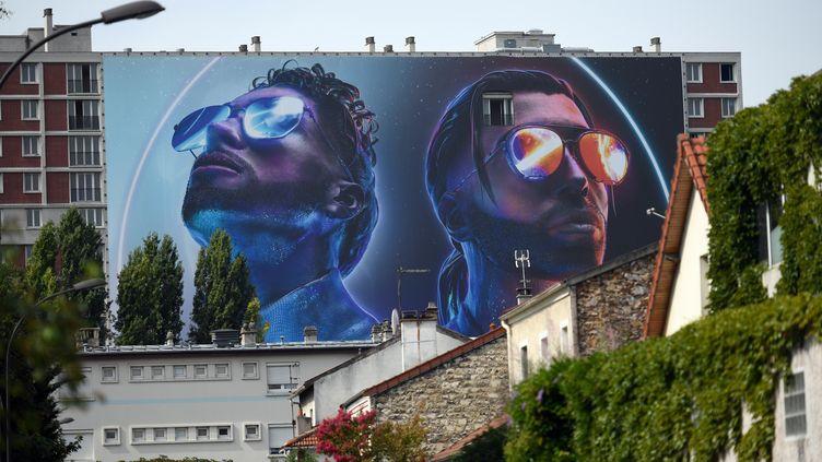 L'affiche de PNL sur la cité Youri Gagarine à Ivry-Sur-Seine en août 2019. (LIONEL BONAVENTURE / AFP)