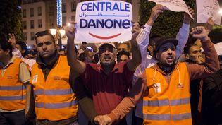 Des salariés de Centrale Danone manifestent contre le boycott de leur entreprise, devant le Parlement à Rabat (Maroc), le 5 juin 2018. (FADEL SENNA / AFP)
