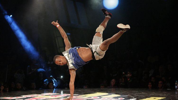 Le breakdance, une discipline sportive qui chorégraphie des mouvements de gymnastique (photo d'illustration). (BERTRAM MALGAS / MAXPPP)